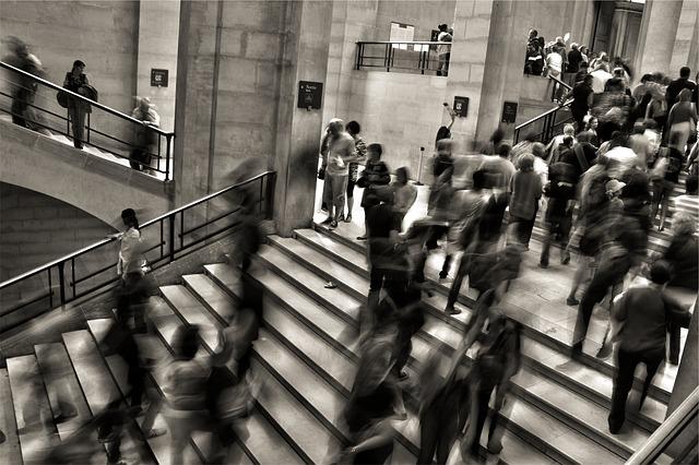 通勤するサラリーマンで混雑する駅
