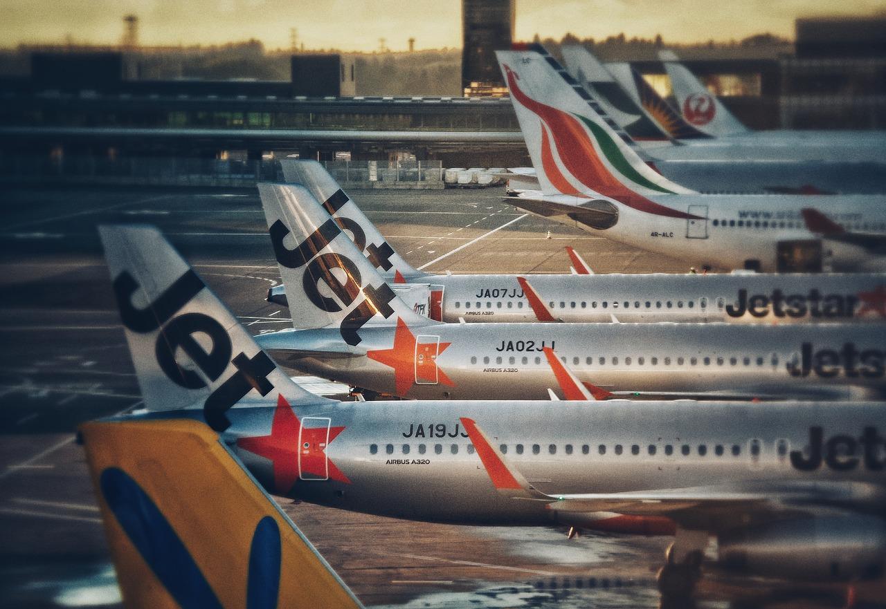 日本の空港に駐機するジェットスター航空機