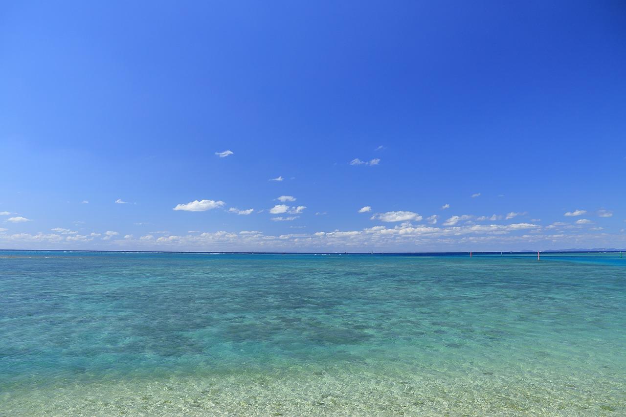 沖縄の離島の青い海と青空