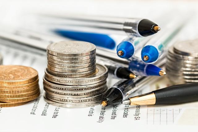 書類とお金とペン
