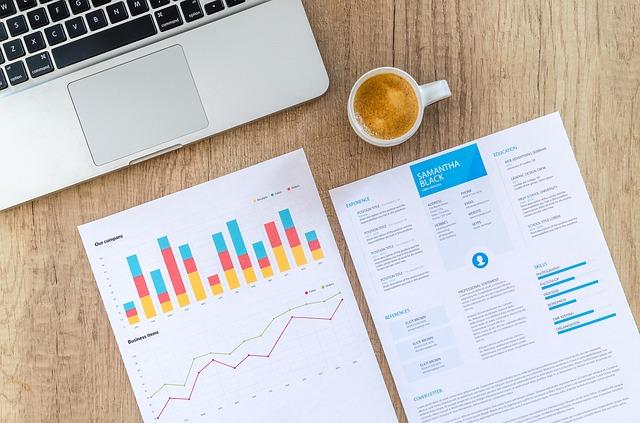 会社の業績を表すグラフとパソコン