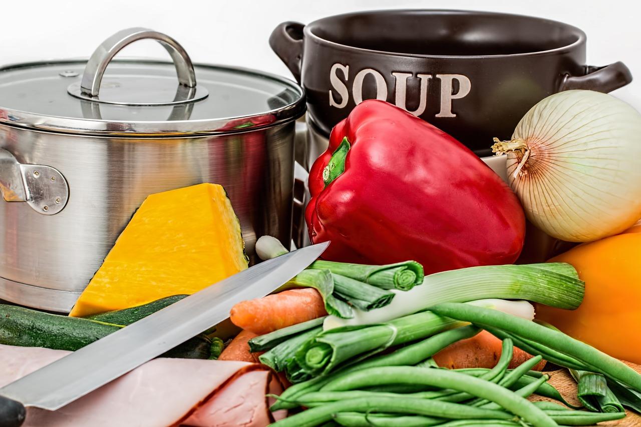 キッチン用品と料理の食材
