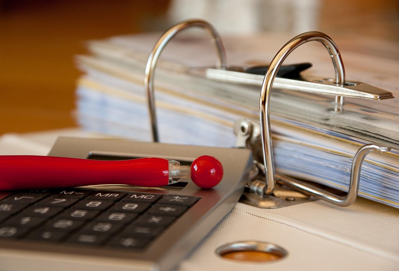 電卓と会計帳簿