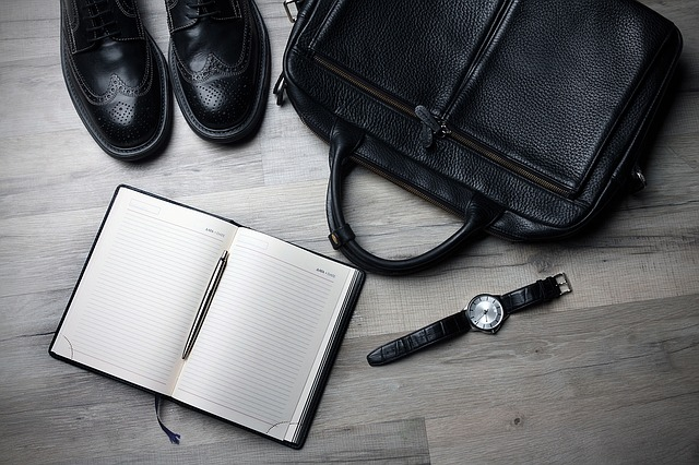 出張するビジネスマンの靴と鞄と時計