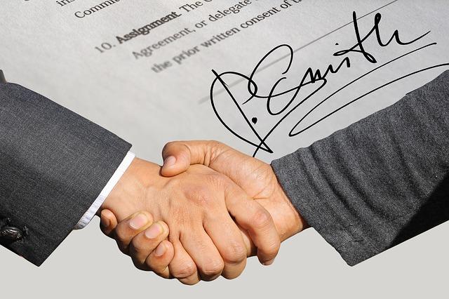 契約書への署名と握手