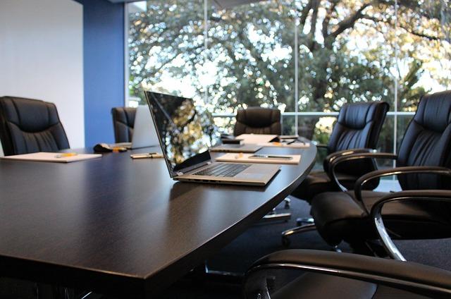 オフィスの会議室に置かれたパソコン